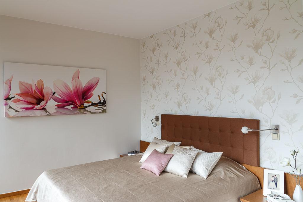 Moderní ložnice s romantickým nádechem